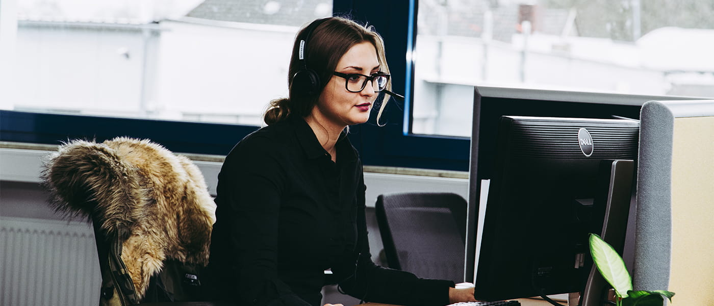 Bild von einer Mitarbeiterin des TeleTeams bei der Arbeit.