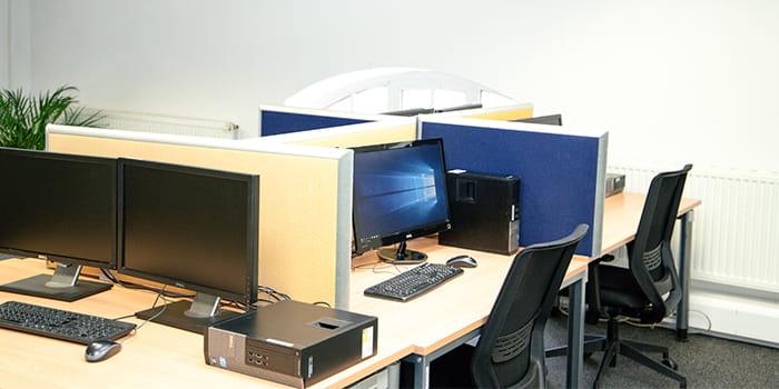 Bild von einem TeleTeam Mitarbeiter bei der Arbeit